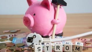 Sparschwein, Geld, Stromkabel
