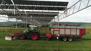 Traktor unter Solaranlage
