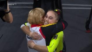 Tabea Alt in Umarmung mit ihrer Bundestrainerin Ulla Koch