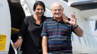 Diana Müll (l), Passagierin in der entführten Lufthansa-Maschine «Landshut», und der damalige Co-Pilot Jürgen Vietor vor einem Flugzeug