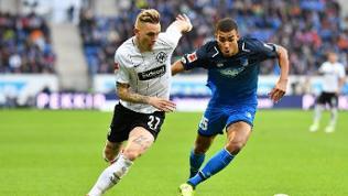 Hoffenheims Kevin Akpoguma (r) und Frankfurts Marius Wolf kämpfen um den Ball.