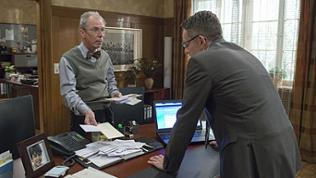 Herr Weiss und Bernhard im Bürgermeisterbüro, vor ihnen auf dem Schreibtisch ein großer Stapel Briefe
