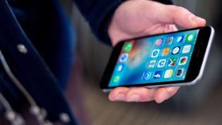 Ein junger Mann benutzt sein Smartphone
