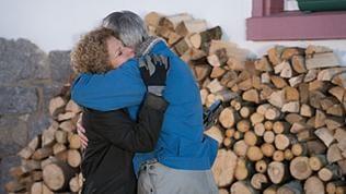 Karl und Bea umarmen sich