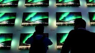 Besucher schauen sich am 02.09.2017 in Berlin auf der Elektronikmesse IFA auf dem Stand der Firma Phillips Fernseher an