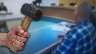 Bildmontage Hand mit Hammer und Angeklagter im Gericht
