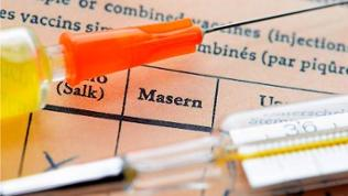 Spritze auf Impfpass, Masern