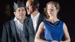 "Bruno Cathomas als ""Macbeth"", Alexander Simon als ""Banquo"" und Maja Schöne als ""Lady Macbeth"" (2010, Thalia-Theater Hamburg)"