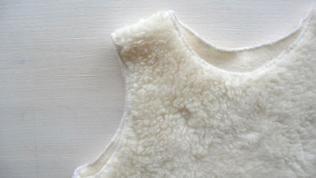 Halsausschnitt, Armausschnitte und Saum mit einem dehnbaren Stich (Zickzackstich oder Stretchstich) versäubern