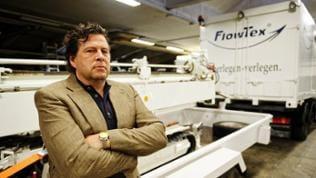 Big Manni Manfred Schmider (Hans-Jochen Wagner) in seiner Firma.