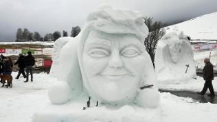 Drei Meter hohe Kopfskulptur aus Schnee