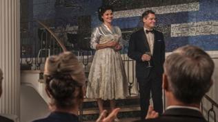 Franz (Fritz Karl) und Aenne (Katharina Wackernagel) weihen mit vielen Gästen das neue Verlagsgebäude ein.