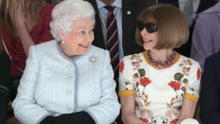 Queen Elizabeth auf der London Fashion Week gemeinsam mit Anna Wintour