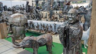 Viele Figuren und Skulpturen aus Metall