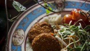 Vegetarische Speisen auf einem blauen Teller