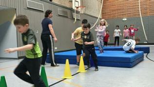 Die Schüler rennen gemeinsam im Sportunterricht