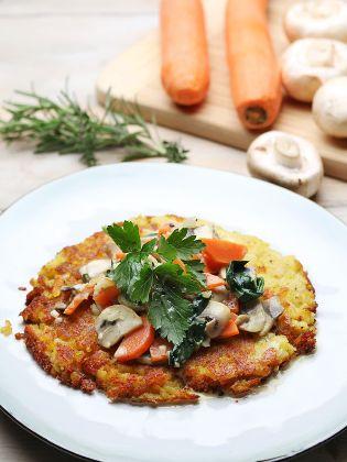 Kartoffelrösti mit Rahmgemüse und Bergkäse