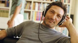 Mann mit Kopfhörer hört Musik