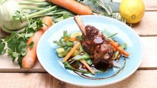 Lammhaxen mit Gremolata-Polenta und Gemüse