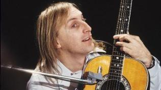 Otto Waalkes, live auf der Bühne mit Gitarre, in den 70er Jahren.