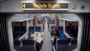 Passagiere sitzen in Stuttgart in einer S-Bahn.