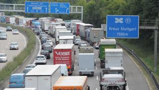 Staus in und um Stuttgart wie hier auf der A8 bei Leonberg gehören zum Alltag der Pendler