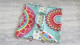 Wendeöffnung nach innen bügeln. Die kurzen Seiten der Tasche rechts und links jeweils ca. 16 cm einklappen und knappkantig festnähen. Dabei die Wendeöffnung schließen.