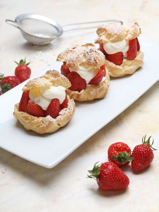 Windbeutel mit Holunderblütensahne und Erdbeeren