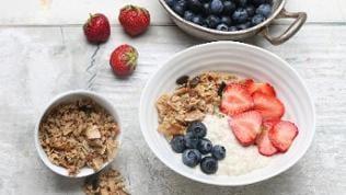 Frühstücks-Bowl mit selbstgemachtem Knuspermüsli