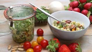 Nudel-Gemüse-Salat im Glas