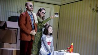 "Szenenbild aus ""Coraline"" Theater Freiburg: John Carpenter (Father/Other Father), Inga Schäfer (Mother/Other Mother), Samantha Gaul (Coraline)"