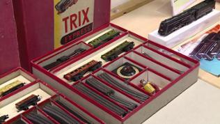 Das kennen nur noch unsere Großväter und die Sammler: eine Tischbahn von Trix Express mit ihrem Dreischienengleis, montiert auf Bakelit.