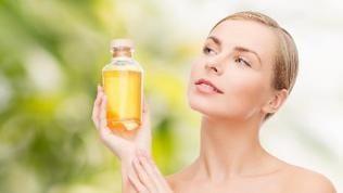 Frau mit Shampooflasche in der Hand