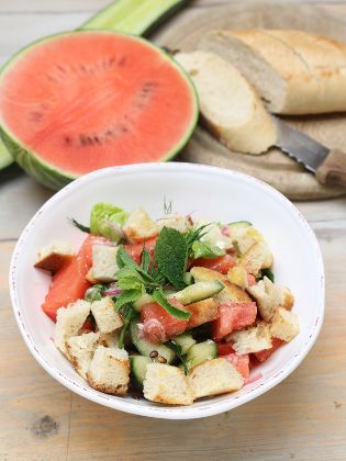 Brotsalat mit Melone und Schafskäse