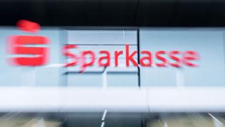 Logo am Firmenkunden-Center der Sparkasse.