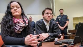 Die Angeklagte Beate Zschäpe sitzt im Gerichtssaal im Oberlandesgericht in München neben ihrem Anwalt Mathias Grasel