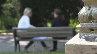 Zwei Frauen unterhalten sich, unscharf