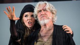 Nibelungenfestspiele Worms 2018: Pheline Roggan (Schamanin) und Jürgen Prochnow (Hunnenkönig Etzel)
