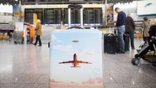 Einsamer Koffer am Flughafen