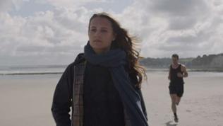 Die Biomathematikerin Danny bereitet sich in der Normandie eigentlich gerade auf eine gefährliche Expedition vor, bei der sie am Grund des Meeres forschen wird.