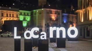 """Eine Installation mit den beleuchteten Großbuchstaben """"L.O.C.A.R.N.O."""" ist auf der Piazza Grande zu sehen"""
