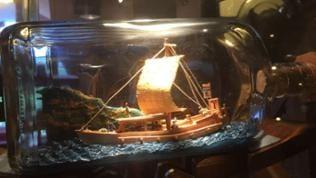Im Buddelschiff-Museum von Enkhuizen stellt sich immer wieder die Frage: Wie kommt so ein Kahn in die Flasche?