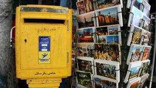 Postkarten und ein Briefkasten in Essaouria an der Atlantik-Küste von Marokko