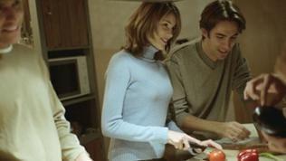 Beim gemeinsamen Kochen mit Freunden gibt nach wie vor die Frau den Ton an, der moderne Mann in der Werbung zählt aber gerne die Küchenfeatures auf.