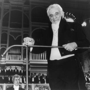 Der amerikanische Dirigent Leonard Bernstein dirigiert am 25.12.1989 im Schauspielhaus in Ost-Berlin Beethovens 9.Symphonie.