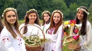 Mädchen mit Blumenkränzen im Haar beim Johannistag in Bulgarien