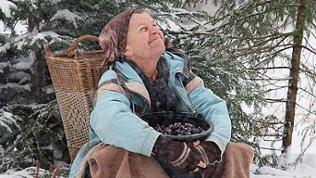 Lioba sitzt im Schnee und freut sich