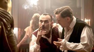 Marcel Jamet (Robinson Stévenin) Zigarre rauchend in seinem Edelbordell