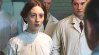 Edith Wellspacher (Roxane Duran) im weißer Bluse mit Studienkollegen der Medizin