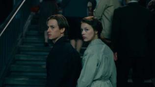 """Erst als er die Studentin Elizabeth """"Ellie"""" (Paula Beer) kennenlernt, ändert sich für Kurt Barnert alles. In Ihr findet er die Liebe seines Lebens, die ihm ermöglicht, seine Traumata in der Kunst zu b"""